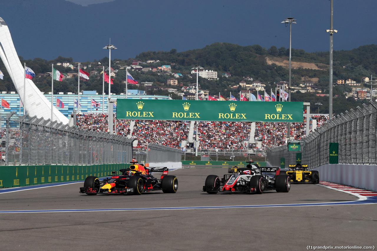 GP RUSSIA, 30.09.2018 - Gara, Daniel Ricciardo (AUS) Red Bull Racing RB14 e Romain Grosjean (FRA) Haas F1 Team VF-18