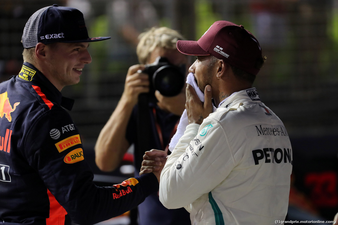 GP SINGAPORE, 15.09.2018 - Qualifiche, 2nd place Max Verstappen (NED) Red Bull Racing RB14 e Lewis Hamilton (GBR) Mercedes AMG F1 W09 pole position