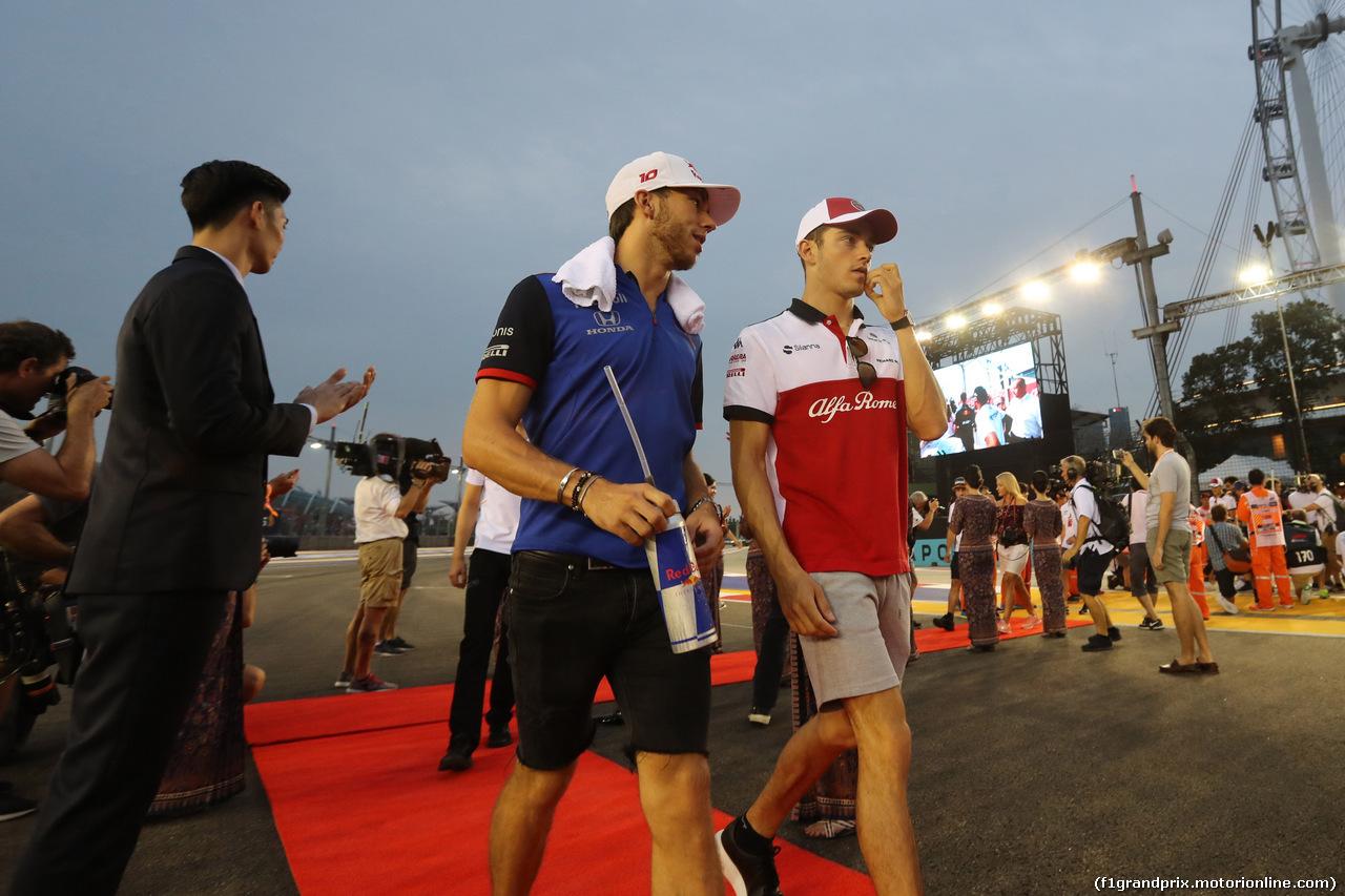 GP SINGAPORE, 16.09.2018 - Pierre Gasly (FRA) Scuderia Toro Rosso STR13 e Charles Leclerc (MON) Sauber C37