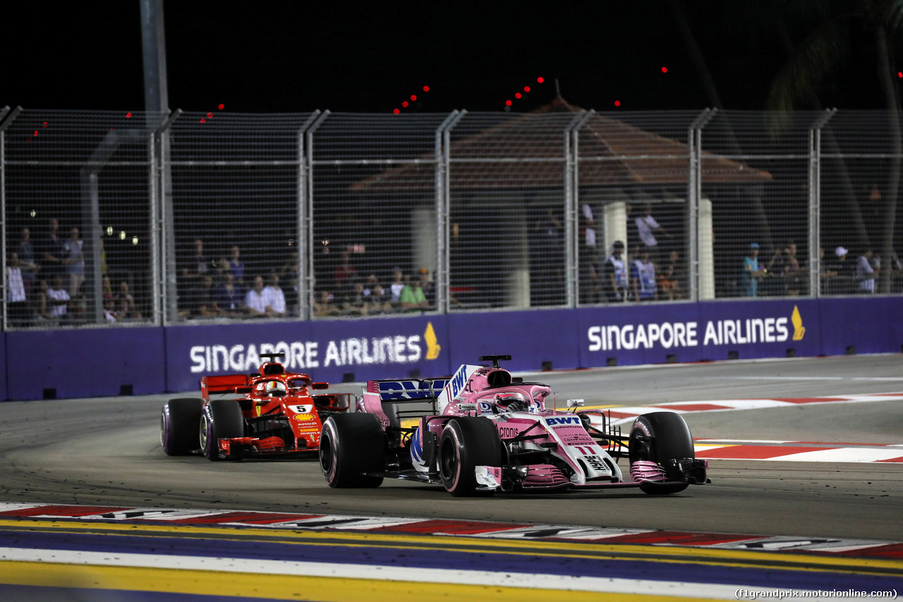 GP SINGAPORE, 16.09.2018 - Gara, Sergio Perez (MEX) Racing Point Force India F1 VJM11 davanti a Sebastian Vettel (GER) Ferrari SF71H