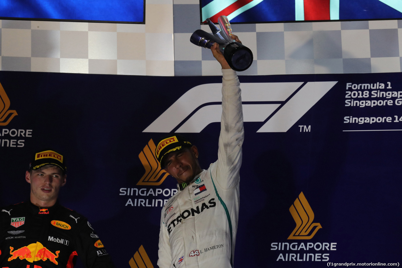 GP SINGAPORE, 16.09.2018 - Gara, 2nd place Max Verstappen (NED) Red Bull Racing RB14 e Lewis Hamilton (GBR) Mercedes AMG F1 W09 vincitore
