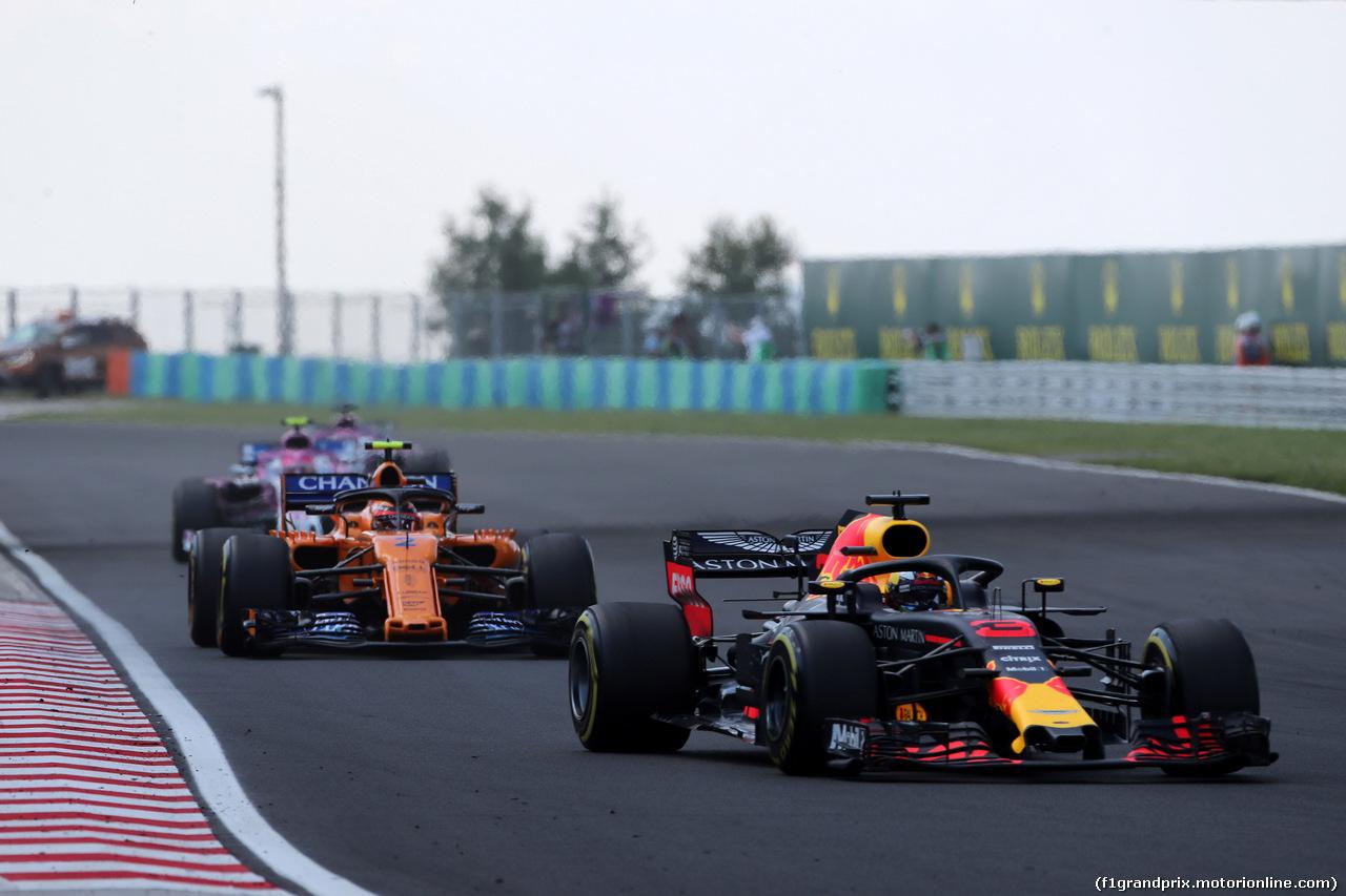 GP UNGHERIA, 29.07.2018 - Gara, Daniel Ricciardo (AUS) Red Bull Racing RB14 davanti a Stoffel Vandoorne (BEL) McLaren MCL33
