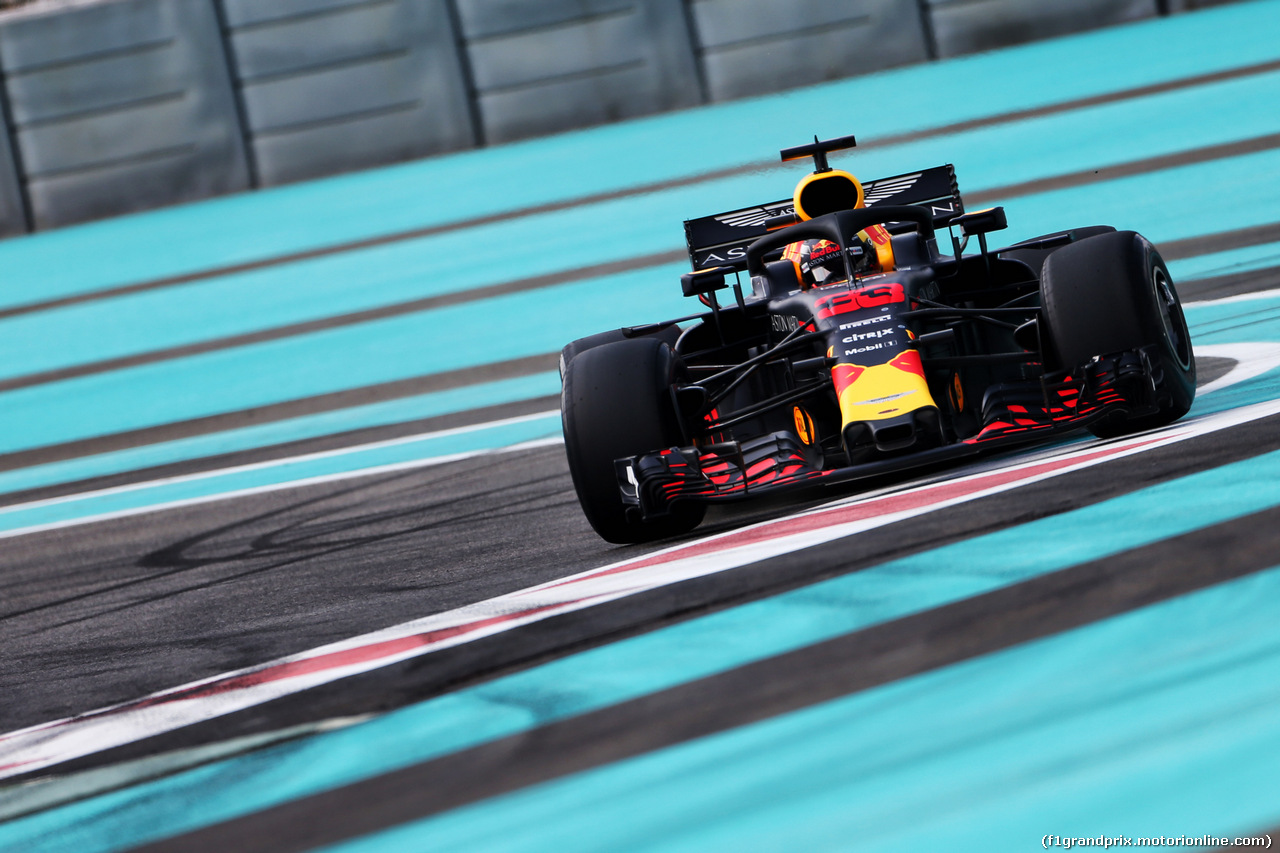 TEST F1 ABU DHABI 27 NOVEMBRE, Max Verstappen (NLD) Red Bull Racing RB14 runs wide. 27.11.2018.