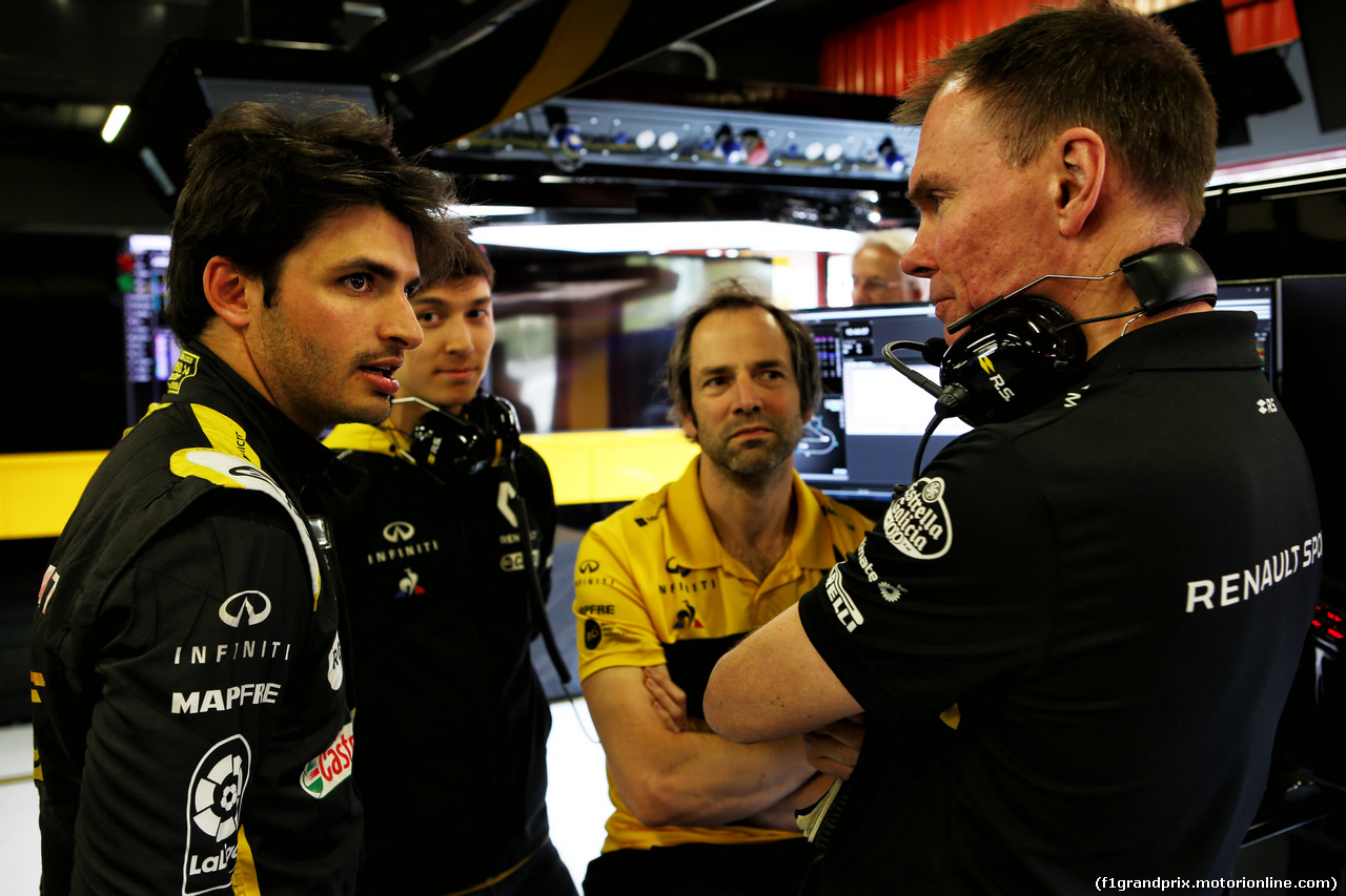 TEST F1 BARCELLONA 15 MAGGIO, (L to R): Carlos Sainz Jr (ESP) Renault Sport F1 Team with Jack Aitken (GBR) / (KOR) Renault Sport F1 Team Test e Reserve Driver; Ciaron Pilbeam (GBR) Renault Sport F1 Team Chief Gara Engineer; e Alan Permane (GBR) Renault Sport F1 Team Trackside Operations Director. 15.05.2018.