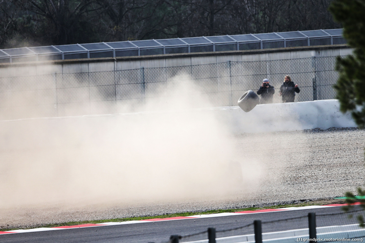 TEST F1 BARCELLONA 26 FEBBRAIO, Fernando Alonso (ESP) McLaren MCL33 spins into the gravel with a wheel missing. 26.02.2018.