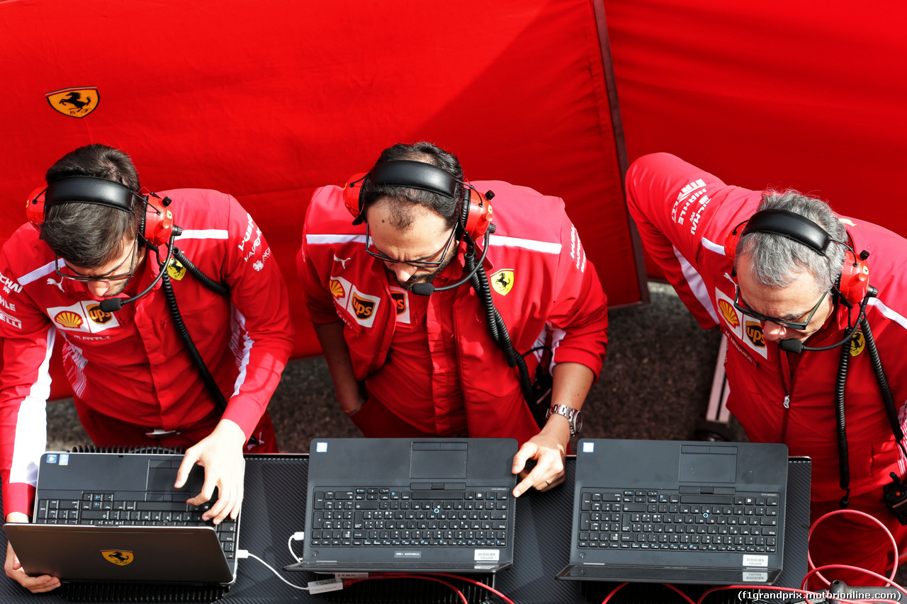 TEST F1 BARCELLONA 8 MARZO, Ferrari engineers behind screens in the pits. 08.03.2018.