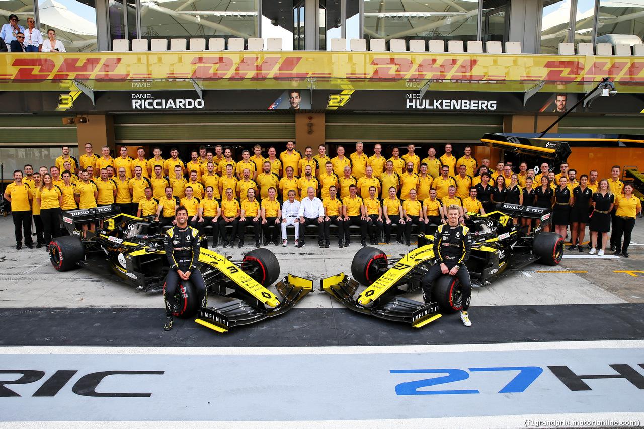 GP ABU DHABI, (L to R): Daniel Ricciardo (AUS) Renault F1 Team e Nico Hulkenberg (GER) Renault F1 Team at a team photograph. 01.12.2019.