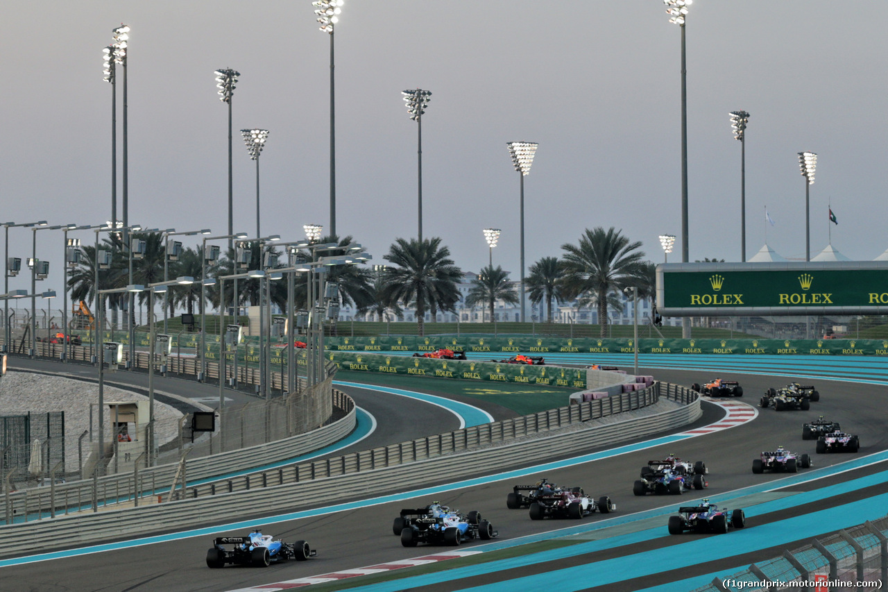 GP ABU DHABI, Robert Kubica (POL) Williams Racing FW42 e George Russell (GBR) Williams Racing FW42 at the partenza of the race as Pierre Gasly (FRA) Scuderia Toro Rosso STR14 runs wide. 01.12.2019.