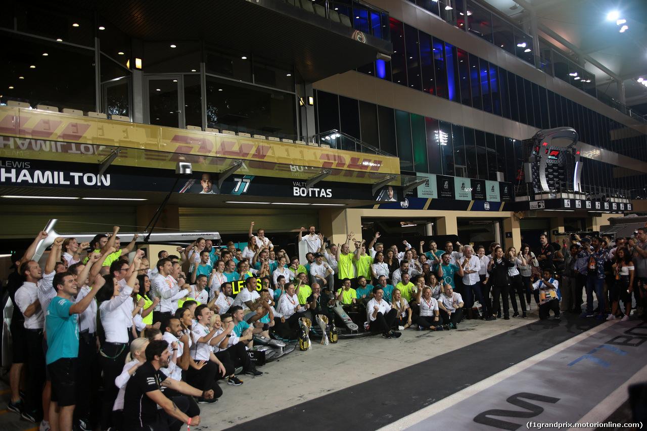 GP ABU DHABI, 01.12.2019 - Gara, Festeggiamenti, Lewis Hamilton (GBR) Mercedes AMG F1 W10 vincitore