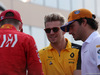 GP ABU DHABI, Nico Hulkenberg (GER) Renault Sport F1 Team RS19 e Carlos Sainz Jr (ESP) McLaren MCL34. 01.12.2019.