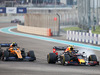 GP ABU DHABI, Alexander Albon (THA) Red Bull Racing RB15 e Lando Norris (GBR) McLaren MCL34 battle for position. 01.12.2019.