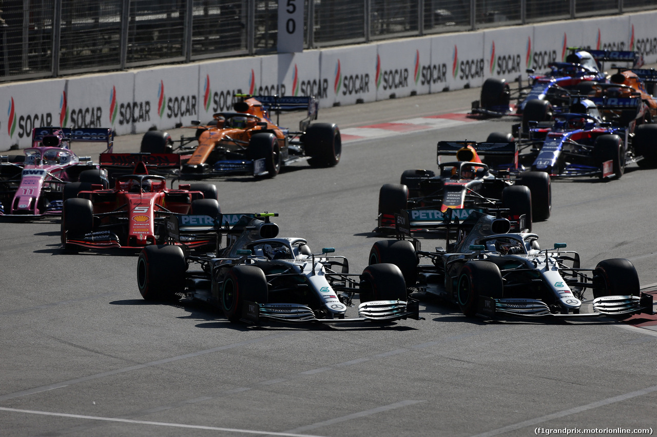 GP AZERBAIJAN, 28.04.2019 - Gara, Start of the race, Valtteri Bottas (FIN) Mercedes AMG F1 W010 e Lewis Hamilton (GBR) Mercedes AMG F1 W10