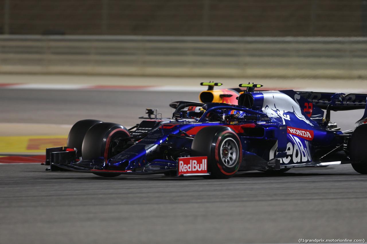 GP BAHRAIN, 31.03.2019- Gara, Alexader Albon (THA) Scuderia Toro Rosso STR14 in fight with Pierre Gasly (FRA) Redbull Racing RB15