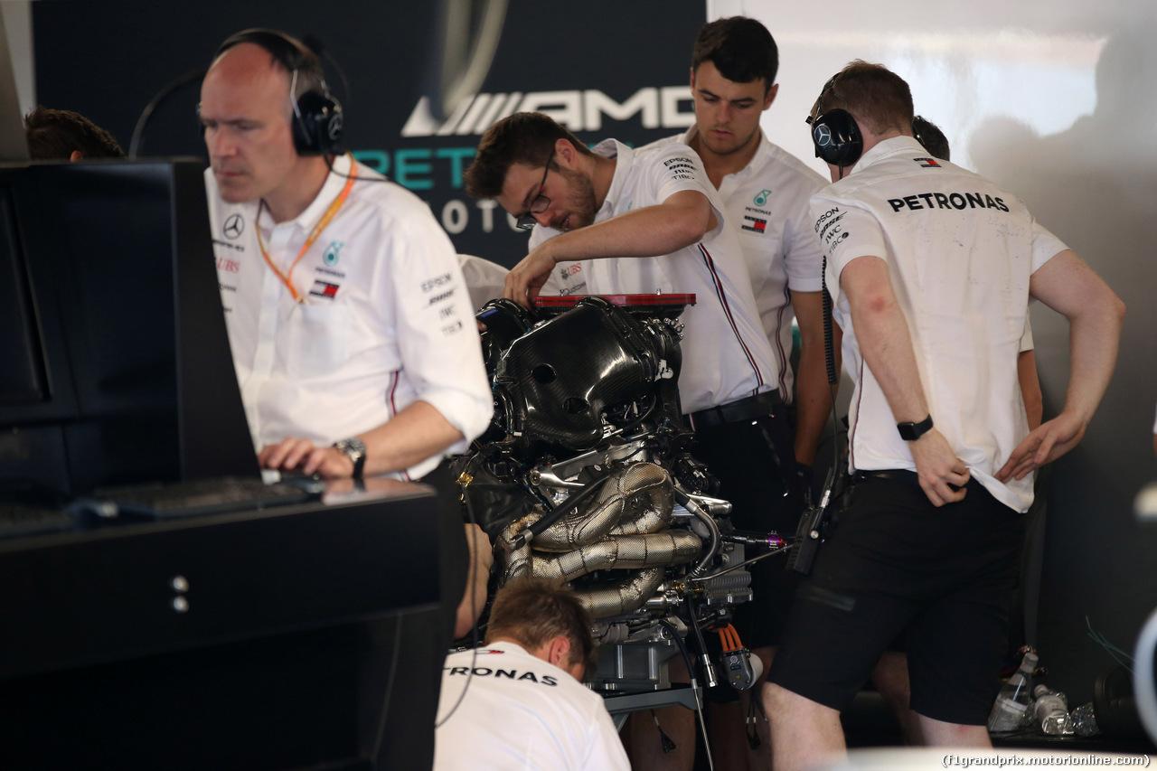GP CANADA, 09.06.2019 - Mercedes AMG F1 meccanici work on the Mercedes AMG F1 W10 of Lewis Hamilton (GBR)