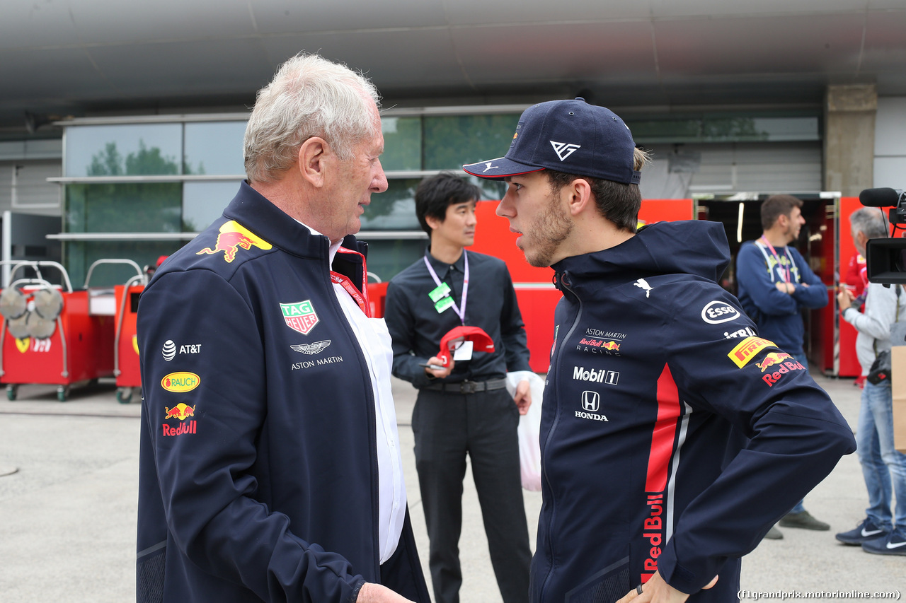 GP CINA, 14.04.2019- Pierre Gasly (FRA) Redbull Racing RB15 with Helmut Marko (AUT), Red Bull Racing, Red Bull Advisor