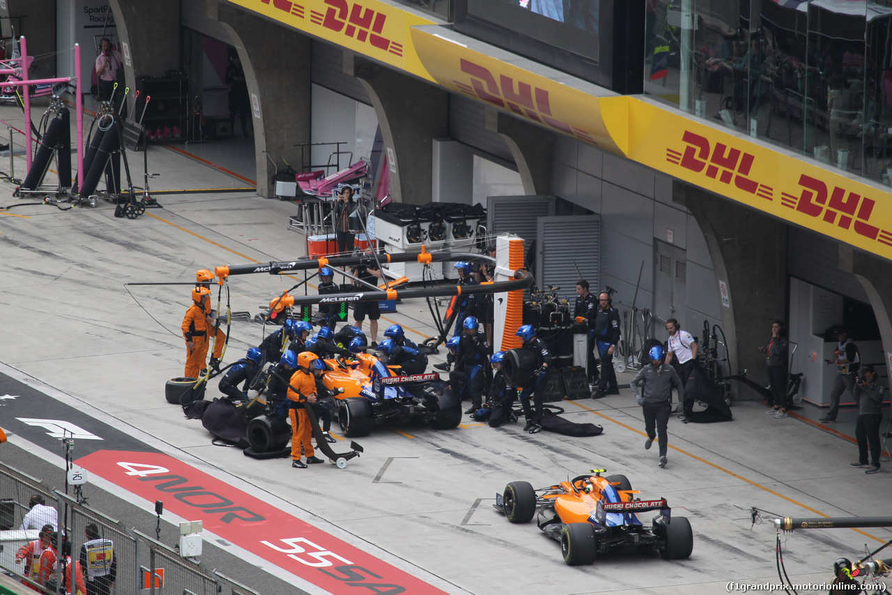 GP CINA, 14.04.2019- Gara, Carlos Sainz Jr (ESP) Mclaren F1 Team MCL34 pits while Lando Norris (GBR) Mclaren F1 Team MCL34 is waiting