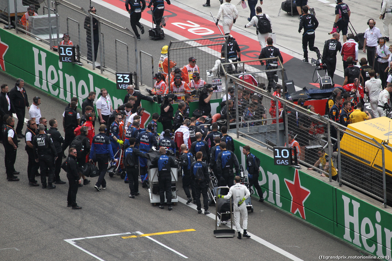 GP CINA, 14.04.2019- partenzaing grid, all the meccanici returns to their garage during the formation lap