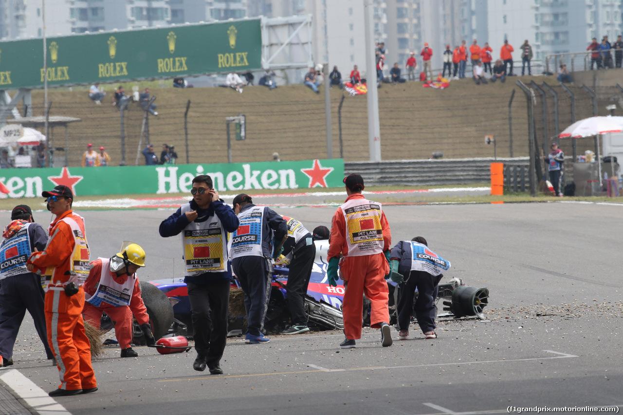 GP CINA, 13.04.2019- Free practice 3, Alexader Albon (THA) Scuderia Toro Rosso STR14 crash