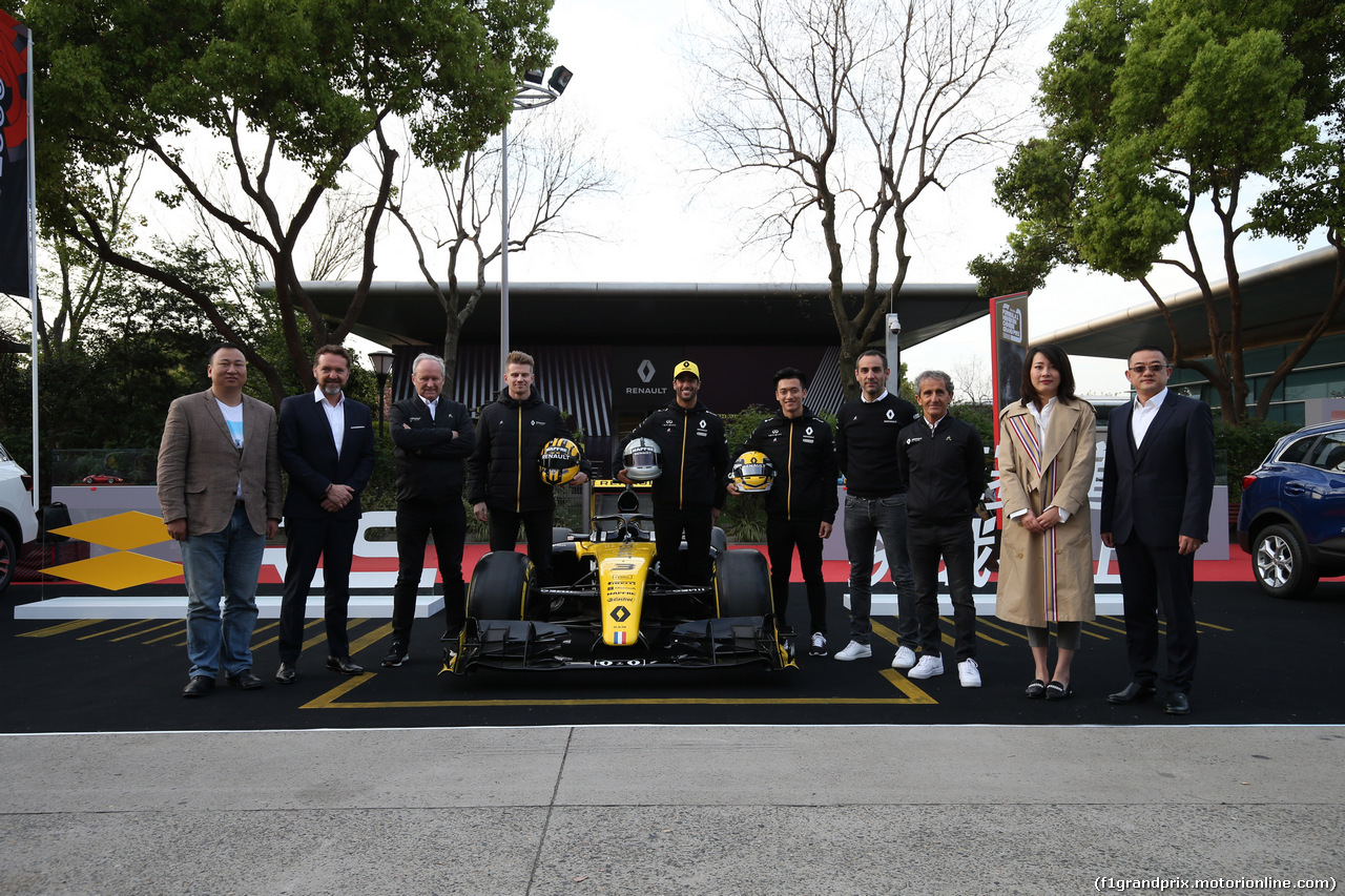 GP CINA, 11.04.2019- Nico Hulkenberg (GER) Renault Sport F1 Team RS19 e Daniel Ricciardo (AUS) Renault Sport F1 Team RS19 e all the Renault team present drivers special helmet for celebrate the 1000th f1 gp