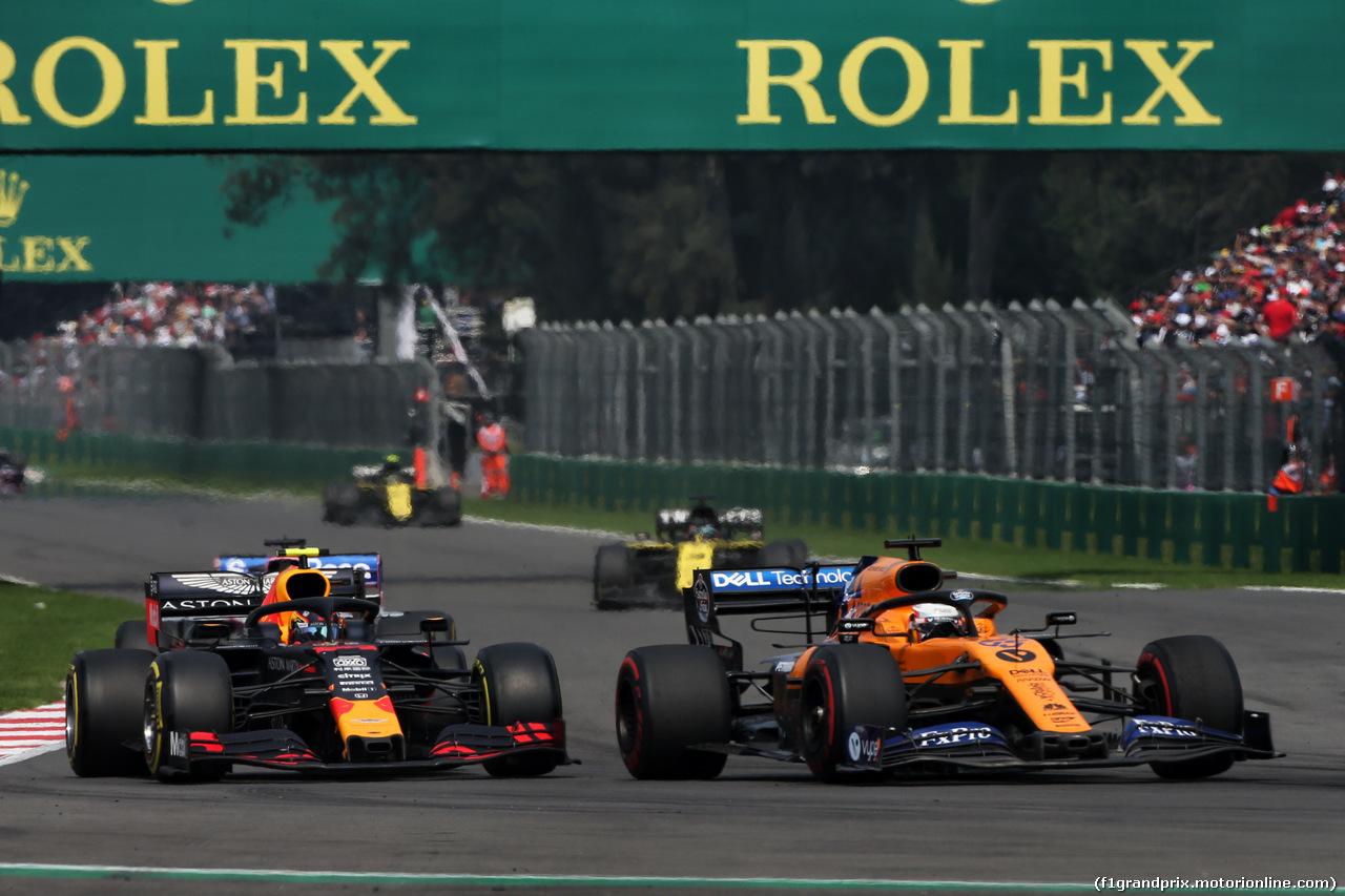 GP MESSICO, Alexander Albon (THA) Red Bull Racing RB15 e Carlos Sainz Jr (ESP) McLaren MCL34 battle for position. 27.10.2019.