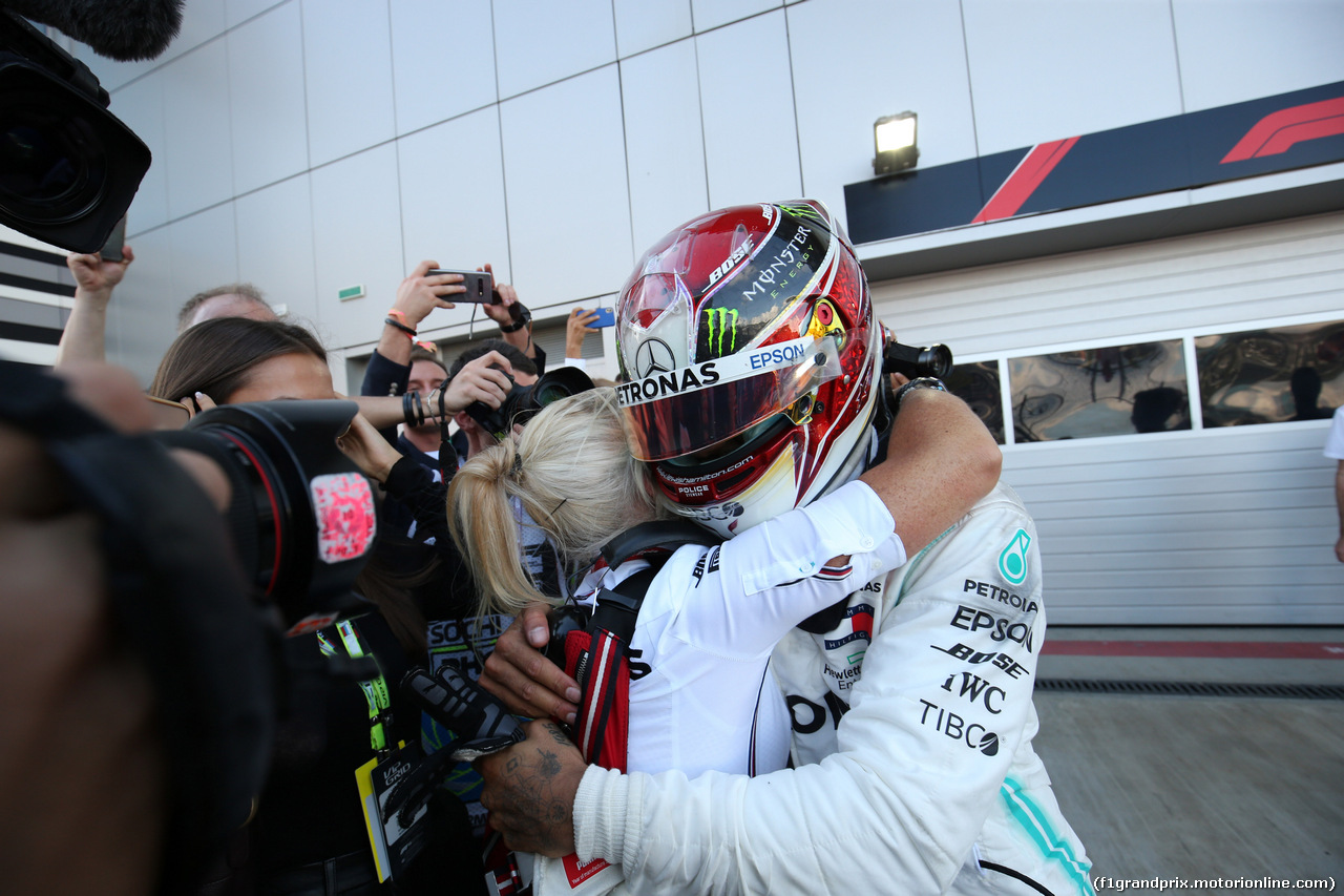 GP RUSSIA, 29.09.2019- Festeggiamenti in parc fermee, winner Lewis Hamilton (GBR) Mercedes AMG F1 W10 EQ Power with Angela Cullen (NZL) Mercedes AMG F1 Physiotherapist of Lewis Hamilton