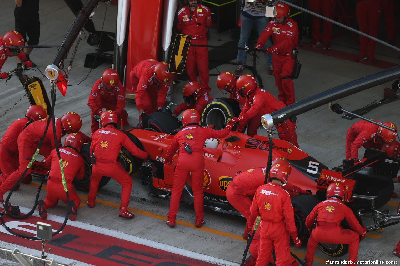 GP RUSSIA, 29.09.2019- Gara, Sebastian Vettel (GER) Ferrari SF90 during pit stop
