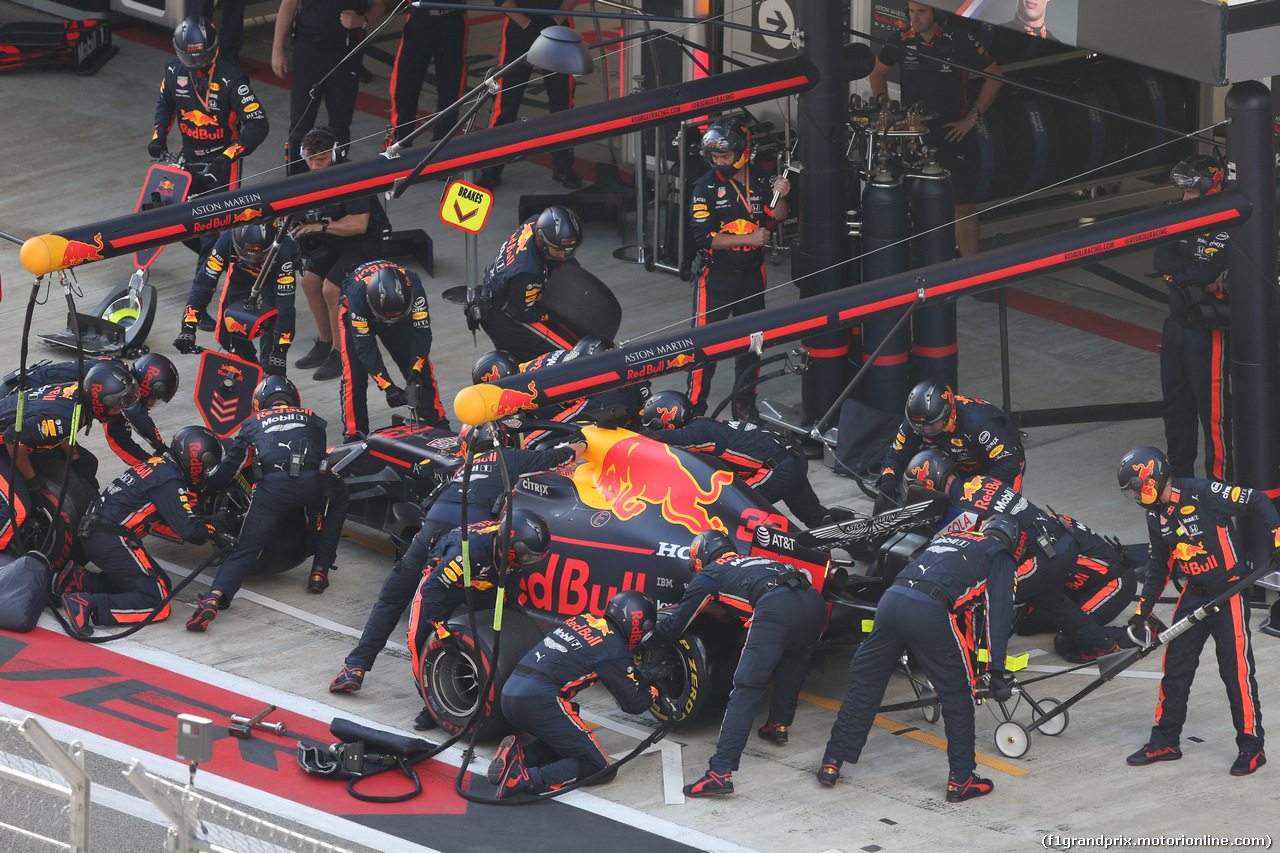 GP RUSSIA, 29.09.2019- Gara, Max Verstappen (NED) Red Bull Racing RB15 during pit stop