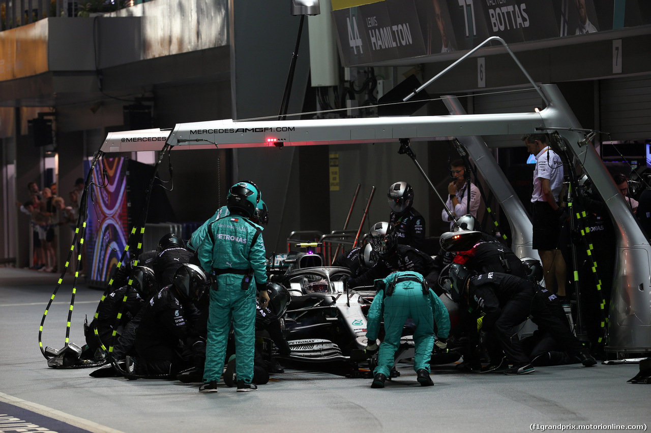 GP SINGAPORE, 22.09.2019 - Gara, Pit stop, Daniel Ricciardo (AUS) Renault Sport F1 Team RS19Valtteri Bottas (FIN) Mercedes AMG F1 W010