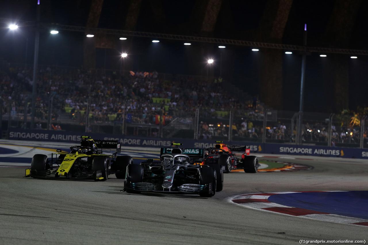 GP SINGAPORE, 22.09.2019 - Gara, Nico Hulkenberg (GER) Renault Sport F1 Team RS19 e Valtteri Bottas (FIN) Mercedes AMG F1 W010