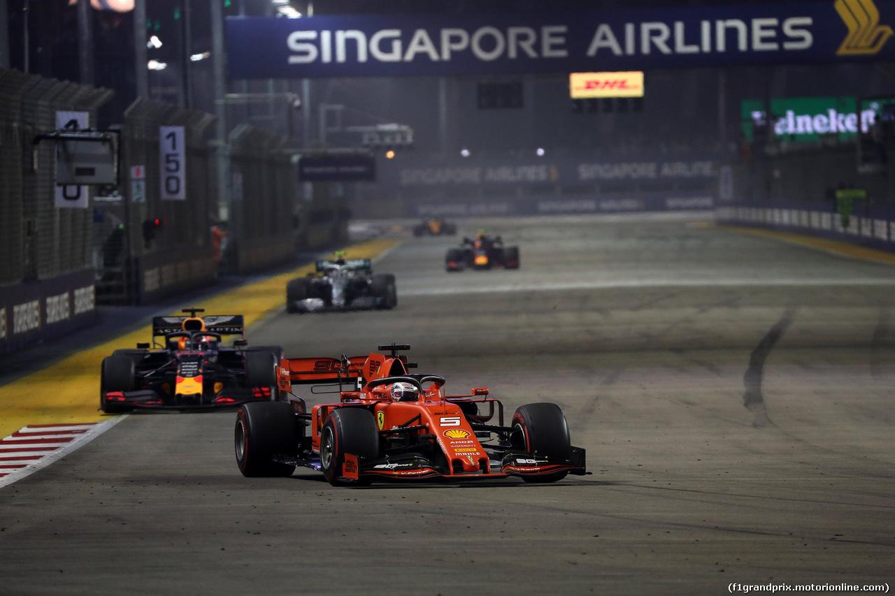 GP SINGAPORE, 22.09.2019 - Gara, Sebastian Vettel (GER) Ferrari SF90 davanti a Max Verstappen (NED) Red Bull Racing RB15