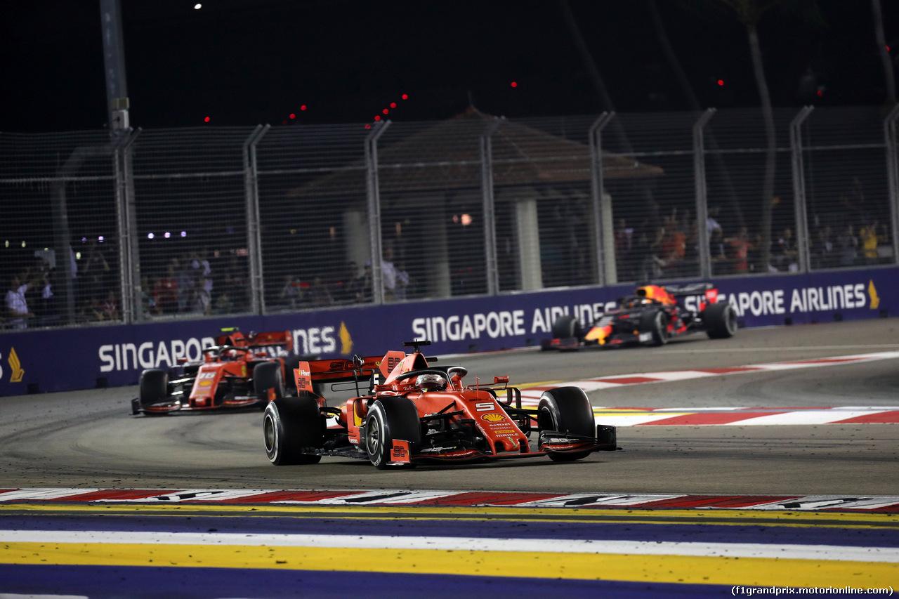 GP SINGAPORE, 22.09.2019 - Gara, Sebastian Vettel (GER) Ferrari SF90 davanti a Charles Leclerc (MON) Ferrari SF90 e Max Verstappen (NED) Red Bull Racing RB15