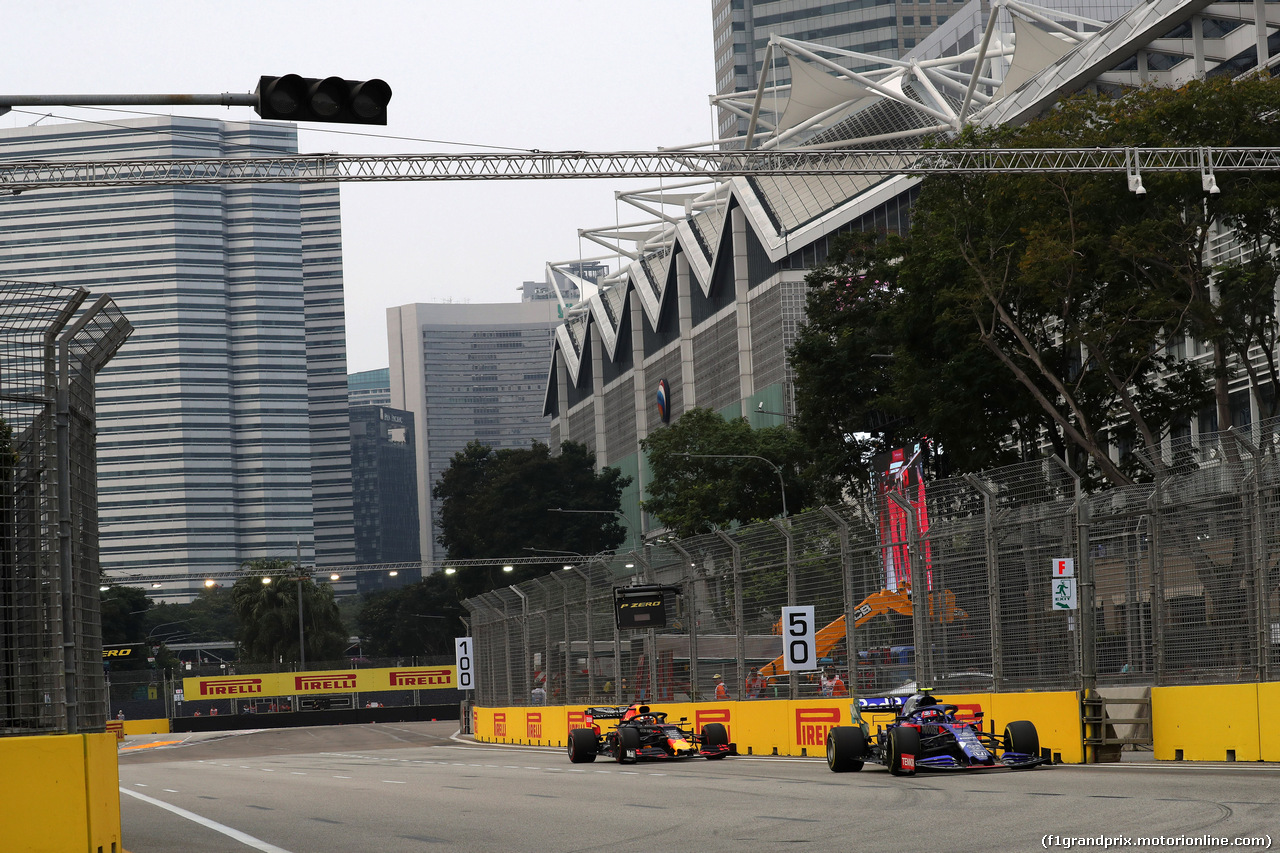 GP SINGAPORE, 20.09.2019 - Prove Libere 1, Pierre Gasly (FRA) Scuderia Toro Rosso STR14 e Max Verstappen (NED) Red Bull Racing RB15