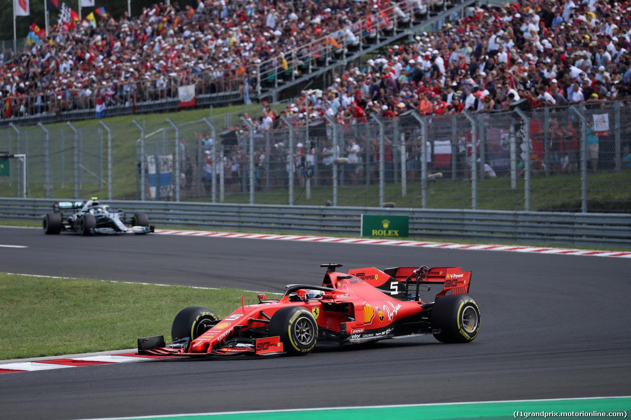 GP UNGHERIA, 04.08.2019 - Gara, Sebastian Vettel (GER) Ferrari SF90 davanti a Valtteri Bottas (FIN) Mercedes AMG F1 W010