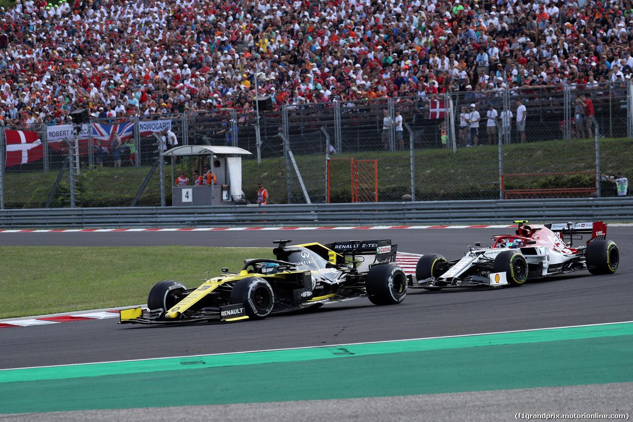 GP UNGHERIA, 04.08.2019 - Gara, Daniel Ricciardo (AUS) Renault Sport F1 Team RS19 e Antonio Giovinazzi (ITA) Alfa Romeo Racing C38