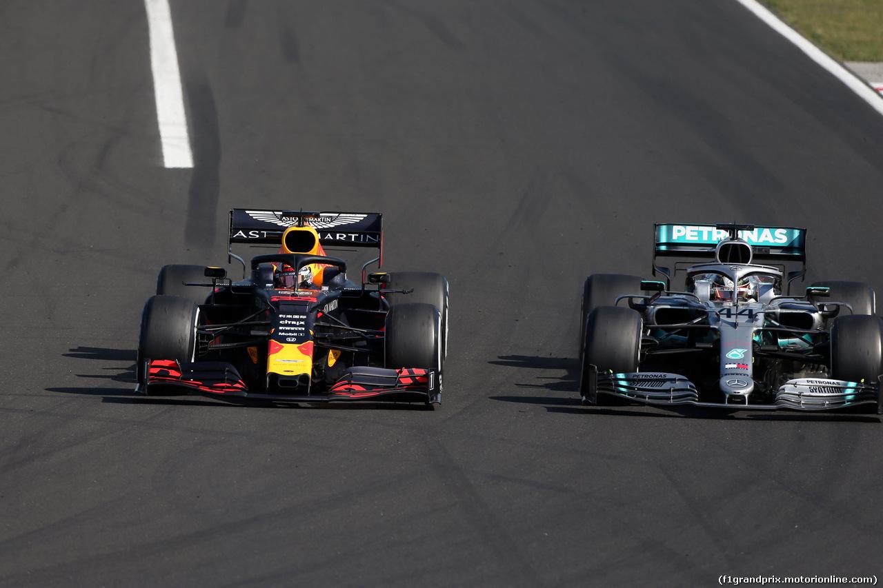 GP UNGHERIA, 04.08.2019 - Gara, Max Verstappen (NED) Red Bull Racing RB15 e Lewis Hamilton (GBR) Mercedes AMG F1 W10
