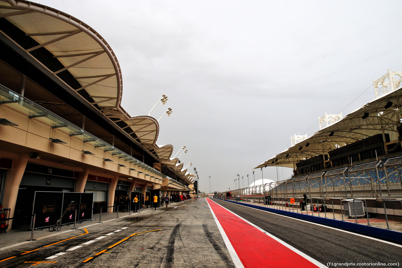 TEST F1 BAHRAIN 2 APRILE, Rain falls in the pits. 02.04.2019.