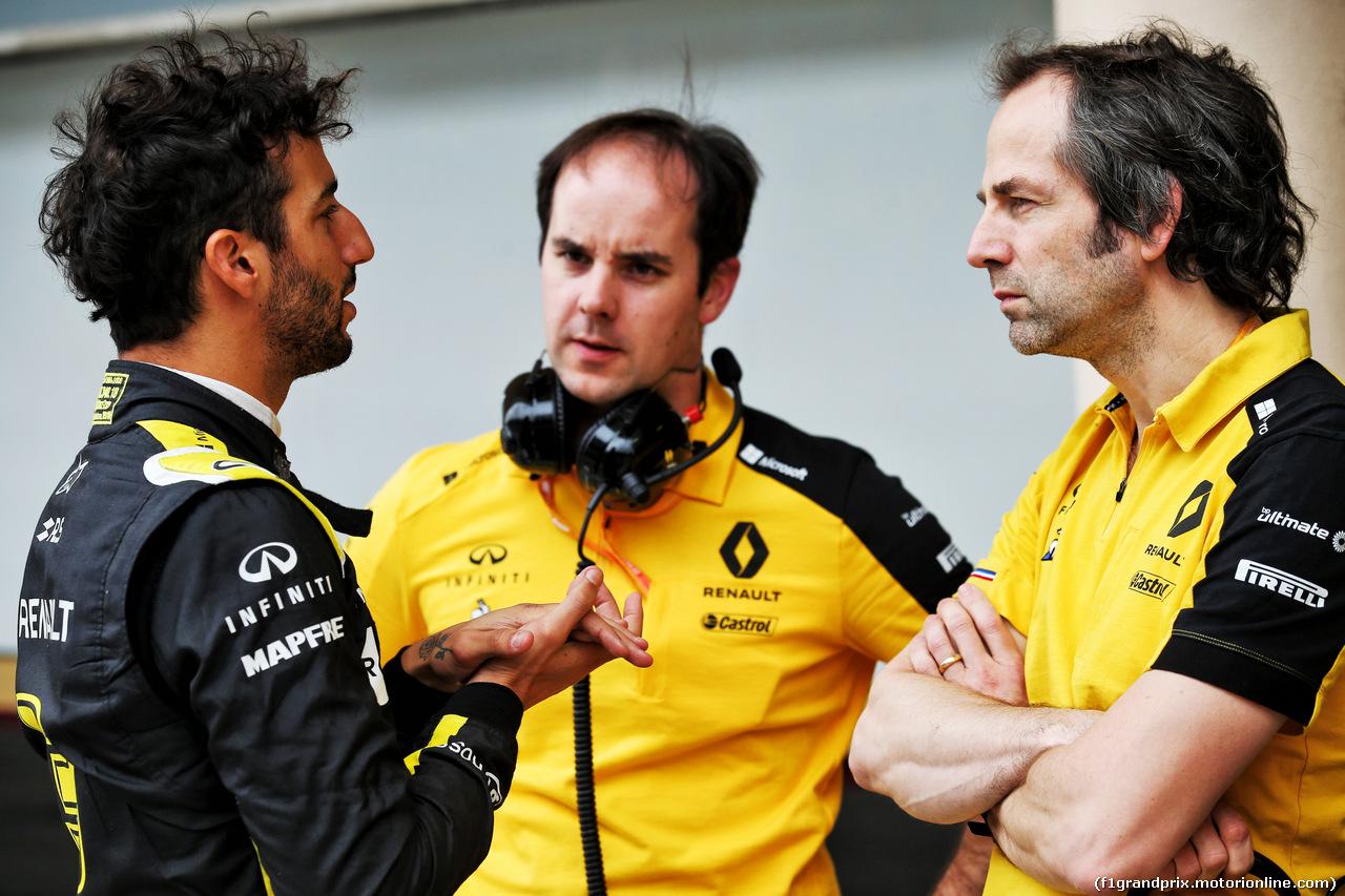 TEST F1 BAHRAIN 2 APRILE, (L to R): Daniel Ricciardo (AUS) Renault F1 Team with Karel Loos (BEL) Renault F1 Team Gara Engineer e Ciaron Pilbeam (GBR) Renault F1 Team Chief Gara Engineer. 02.04.2019.