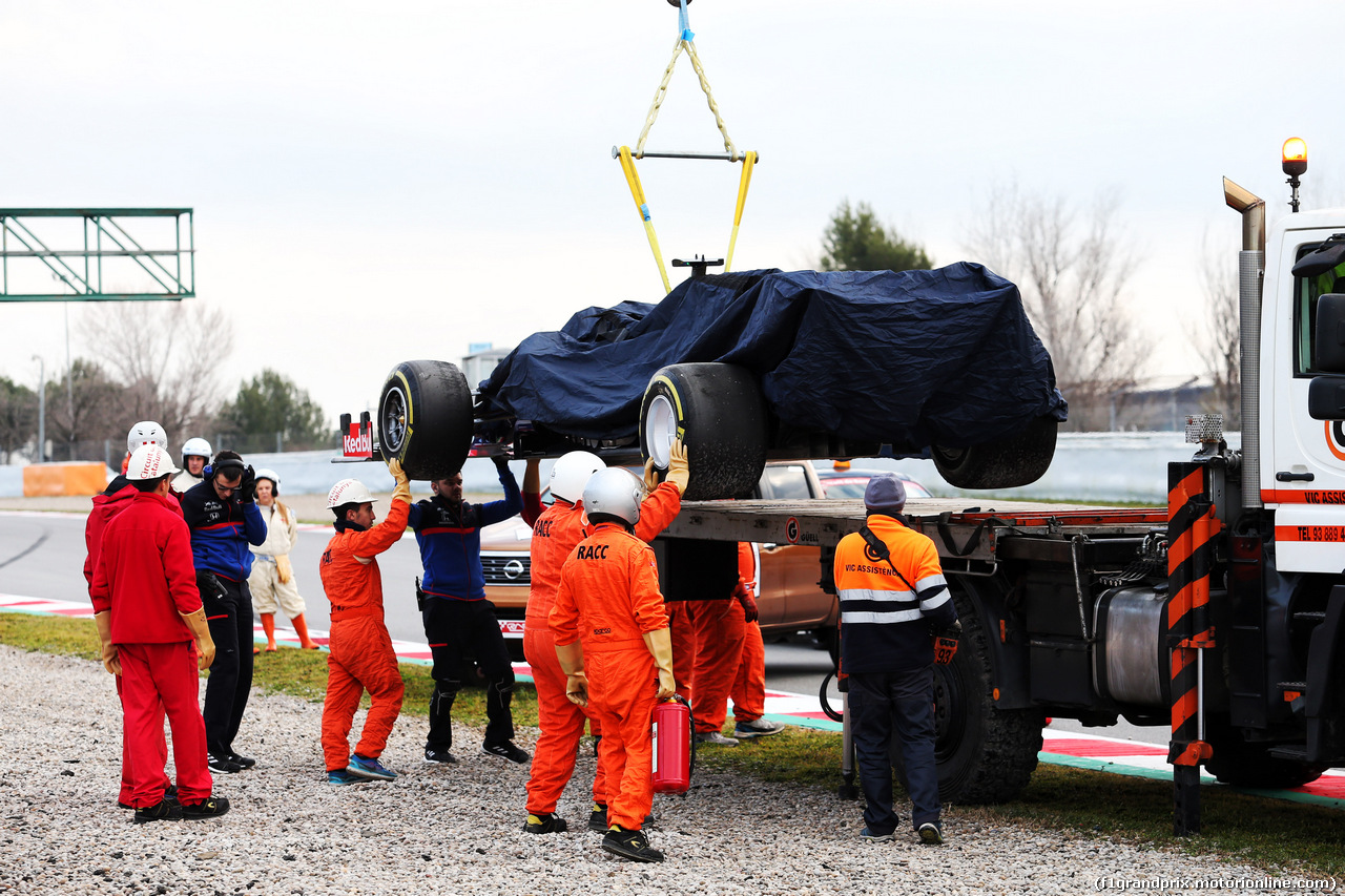 TEST F1 BARCELLONA 19 FEBBRAIO, The Scuderia Toro Rosso STR14 of Alexander Albon (THA) Scuderia Toro Rosso is recovered back to the pits on the back of a truck. 19.02.2019.