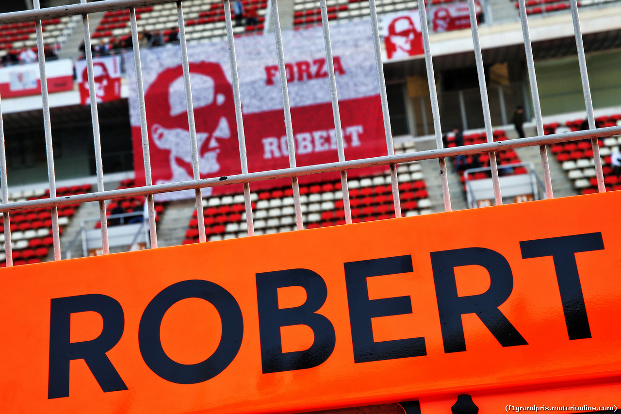 TEST F1 BARCELLONA 21 FEBBRAIO, Robert Kubica (POL) Williams Racing banners in the grandstand. 21.02.2019.
