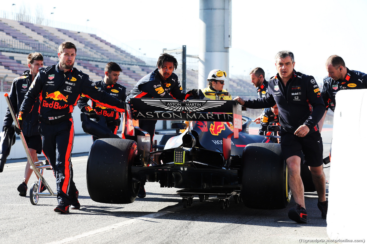 TEST F1 BARCELLONA 27 FEBBRAIO, The Red Bull Racing RB15 of Max Verstappen (NLD) Red Bull Racing is recovered back to the pits by meccanici. 27.02.2019.
