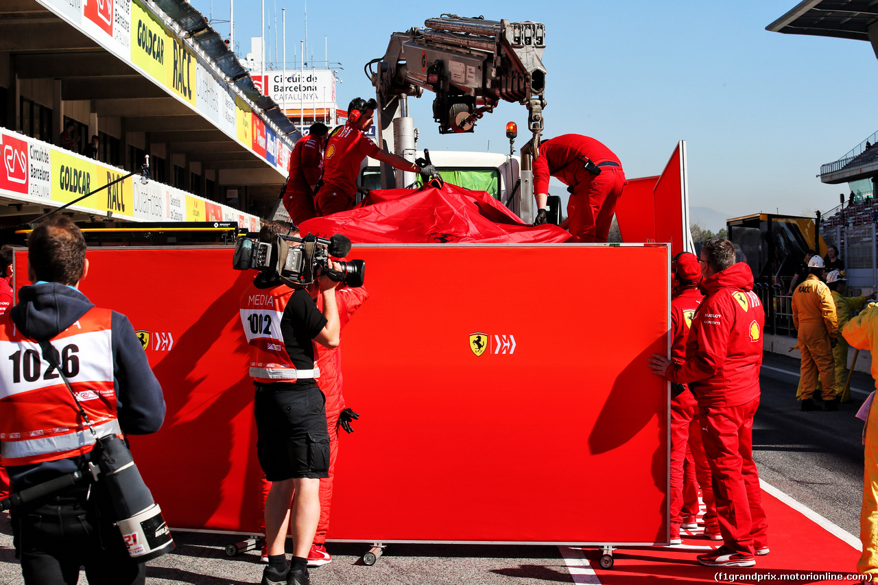 TEST F1 BARCELLONA 27 FEBBRAIO, The Ferrari SF90 of Sebastian Vettel (GER) Ferrari is recovered back to the pits on the back of a truck. 27.02.2019.