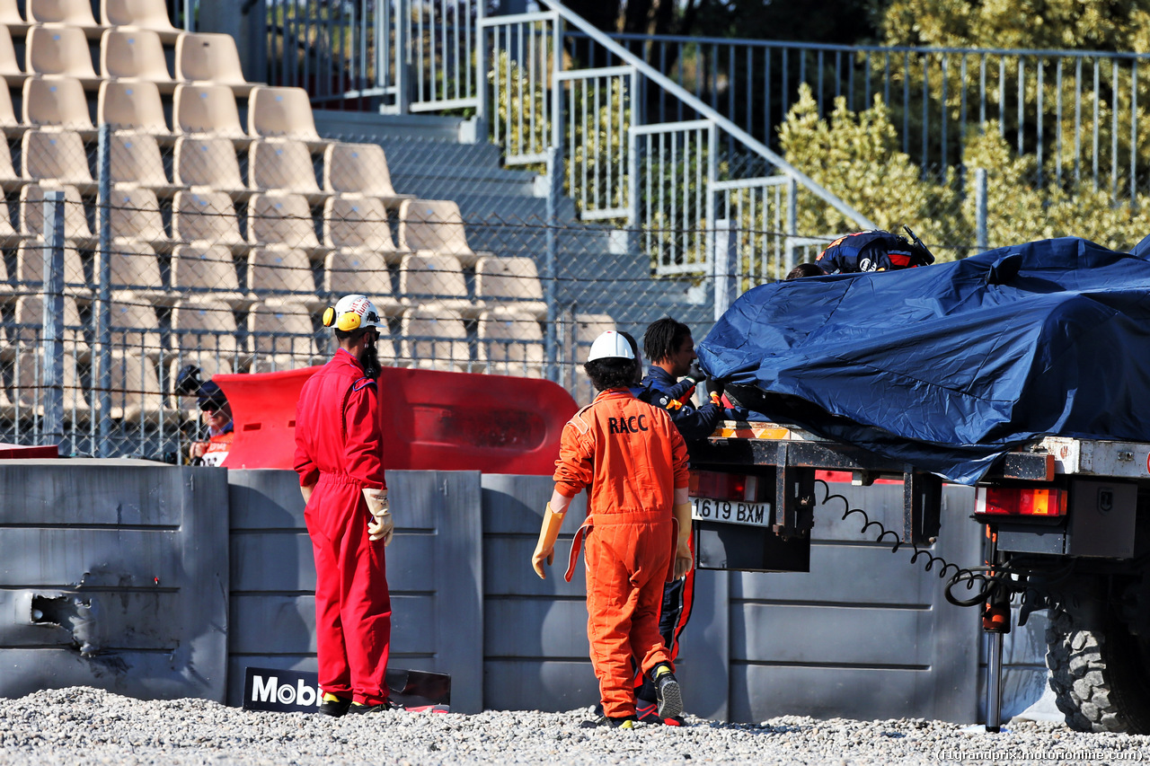 TEST F1 BARCELLONA 28 FEBBRAIO, The Red Bull Racing RB15 of Pierre Gasly (FRA) Red Bull Racing is recovered back to the pits on the back of a truck. 28.02.2019.