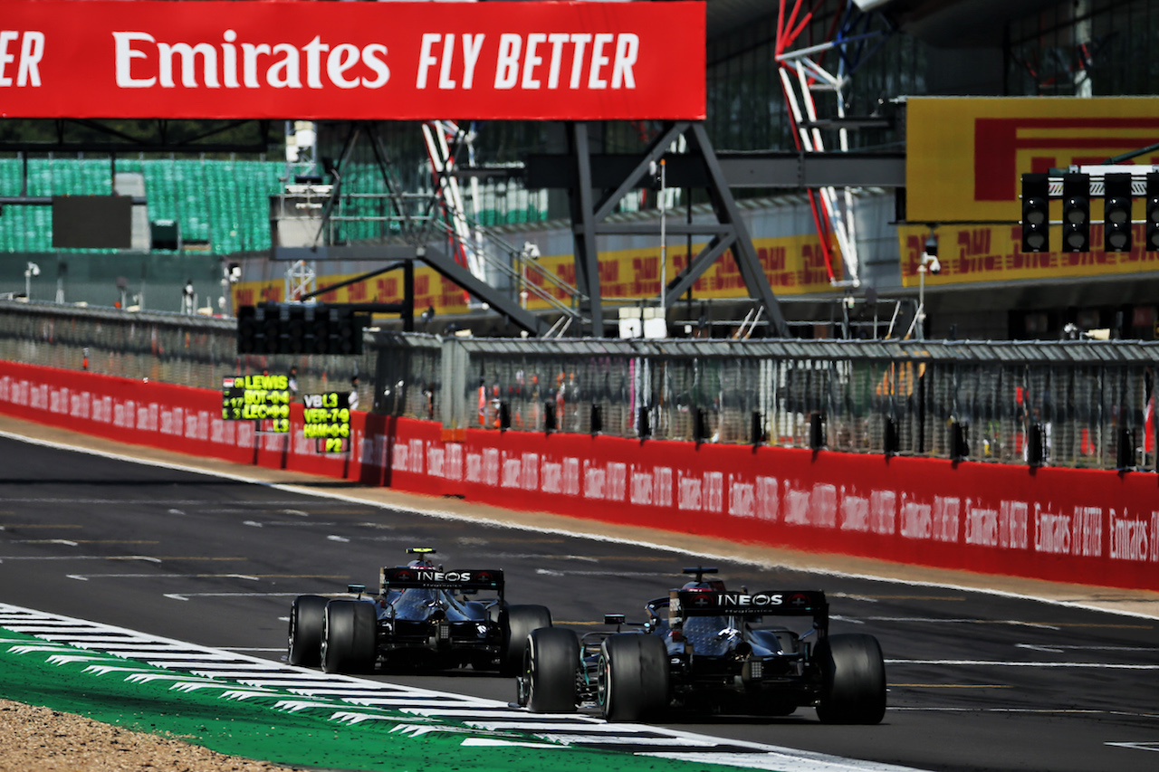 GP 70esimo ANNIVERSARIO, Valtteri Bottas (FIN) Mercedes AMG F1 W11 davanti a team mate Lewis Hamilton (GBR) Mercedes AMG F1 W11.