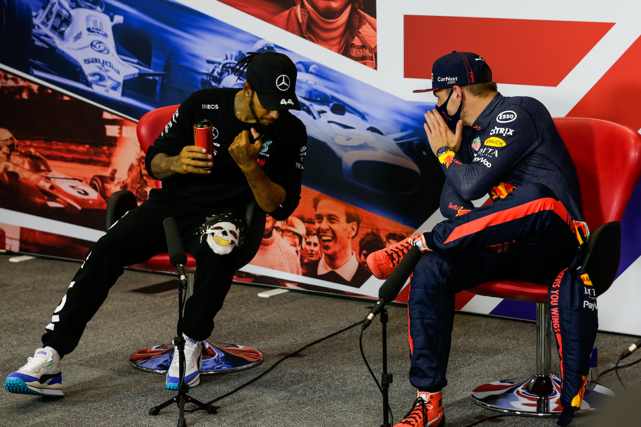 GP 70esimo ANNIVERSARIO, (L to R): Lewis Hamilton (GBR) Mercedes AMG F1 e Max Verstappen (NLD) Red Bull Racing in the post race FIA Press Conference. 09.08.2020. Formula 1 World Championship, Rd 5, 70th Anniversary Grand Prix, Silverstone, England, Gara Day. - www.xpbimages.com, EMail: requests@xpbimages.com - copy of publication required for printed pictures. Every used picture is fee-liable. © Copyright: FIA Pool Image for Editorial Use Only