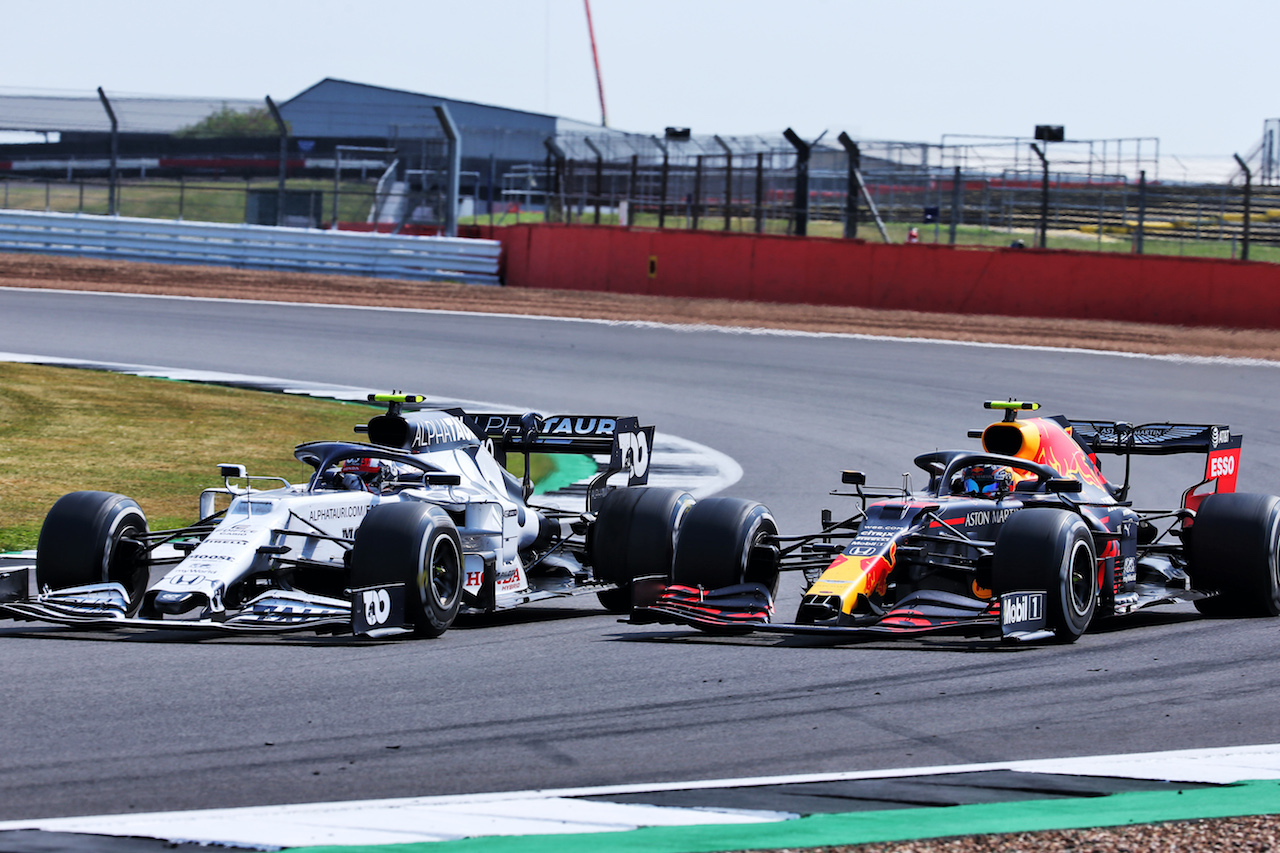 GP 70esimo ANNIVERSARIO, Pierre Gasly (FRA) AlphaTauri AT01 e Alexander Albon (THA) Red Bull Racing RB16 battle for position.