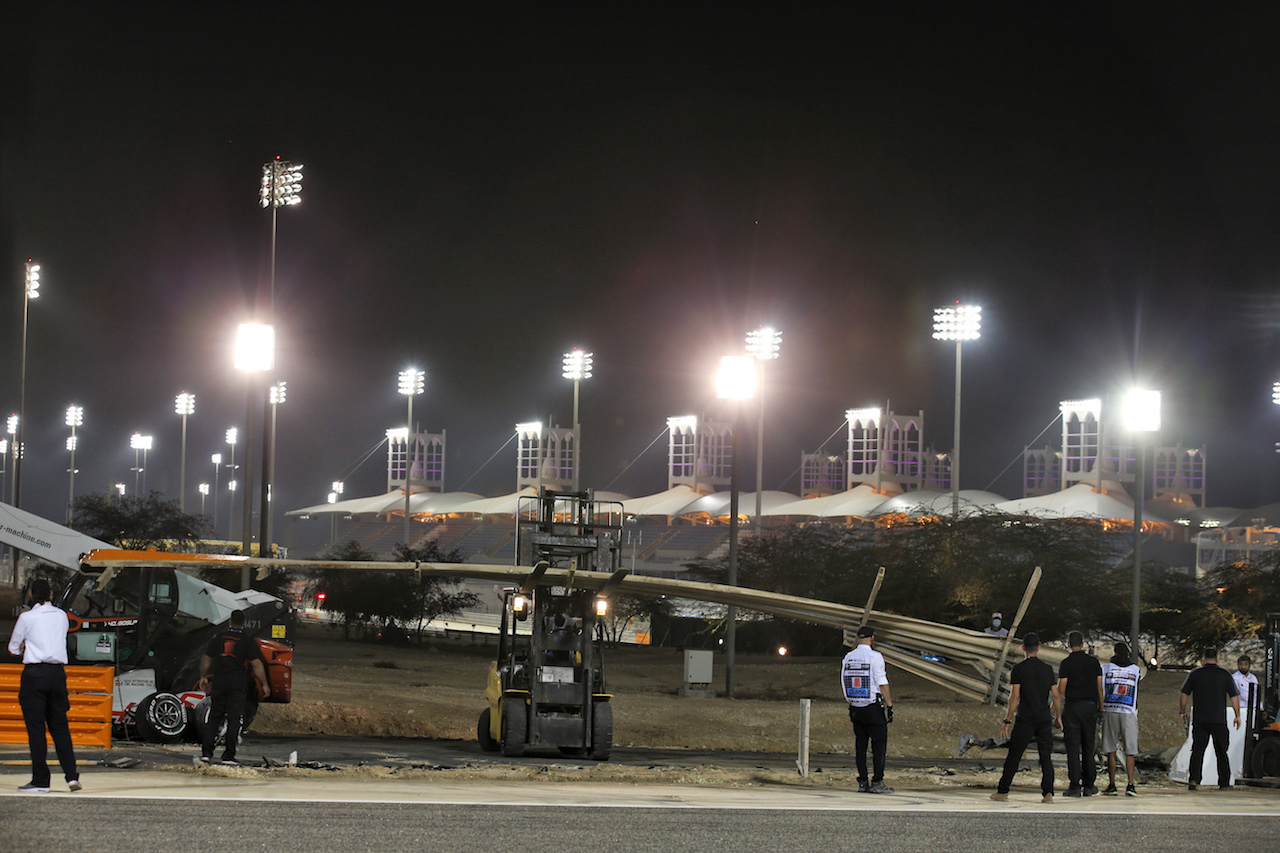 GP BAHRAIN, Repairs are made to the barrier on the circuit after Romain Grosjean (FRA) Haas F1 Team crashed at the partenza of the race e exploded into flames. 29.11.2020. Formula 1 World Championship, Rd 15, Bahrain Grand Prix, Sakhir, Bahrain, Gara Day. - www.xpbimages.com, EMail: requests@xpbimages.com © Copyright: Batchelor / XPB Images