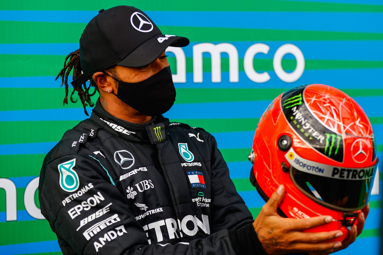 GP EIFEL, Gara winner Lewis Hamilton (GBR) Mercedes AMG F1 is presented with the helmet of Michael Schumacher (GER) in parc ferme after equalling the record for the number of F1 victories.