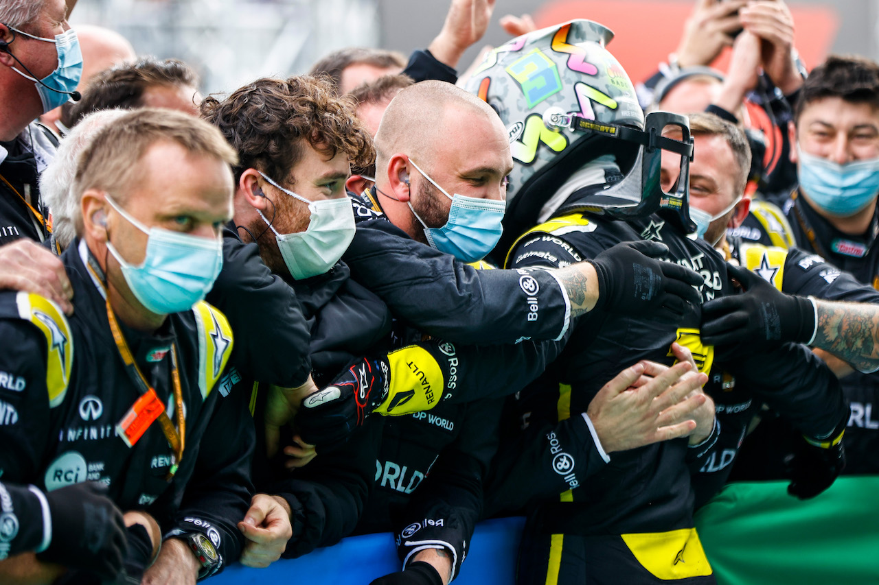 GP EIFEL, Daniel Ricciardo (AUS) Renault F1 Team celebrates his third position with the team in parc ferme. 11.10.2020. Formula 1 World Championship, Rd 11, Eifel Grand Prix, Nurbugring, Germany, Gara Day. - www.xpbimages.com, EMail: requests@xpbimages.com © Copyright: FIA Pool Image for Editorial Use Only