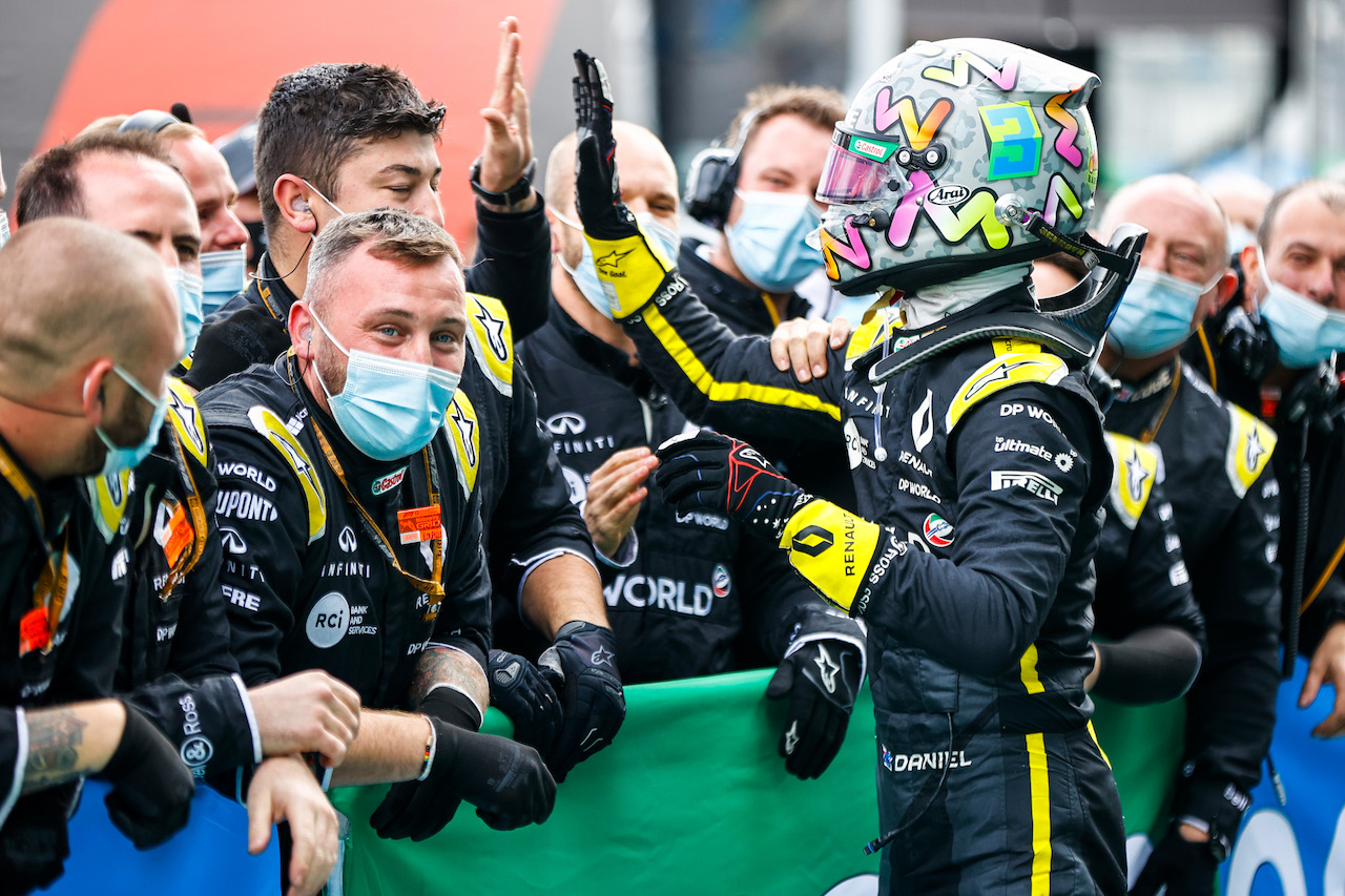 GP EIFEL, Daniel Ricciardo (AUS) Renault F1 Team celebrates his third position with the team in parc ferme.