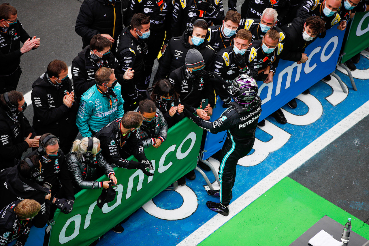 GP EIFEL, Gara winner Lewis Hamilton (GBR) Mercedes AMG F1 celebrates with the team in parc ferme.